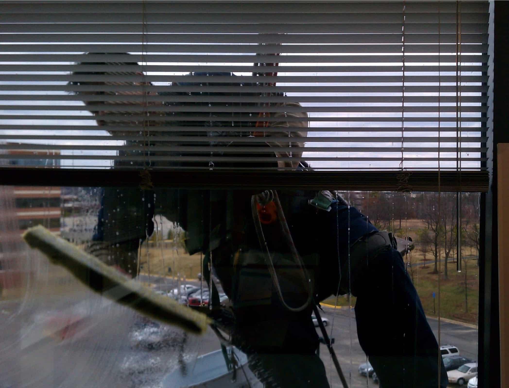 ניקוי חלונות בגובה למשרדים ועסקים
